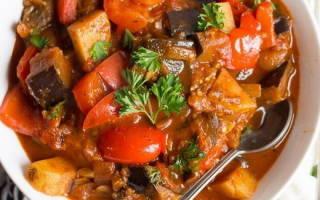 Тушеная картошка с помидорами и перцем