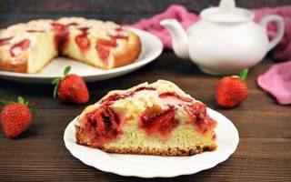 Пирог с клубникой и сметанной заливкой