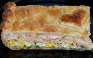 Пирог из слоеного теста с зеленым луком и яйцом