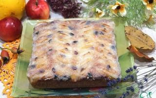 Пирог с изюмом и яблоками