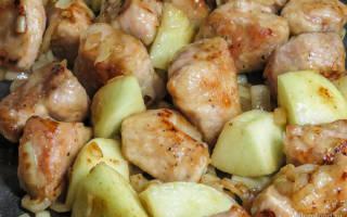 Свинина с яблоками на сковороде