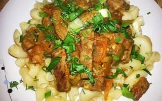 Тушеное мясо с солеными огурцами
