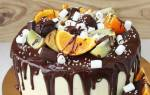 Торт украшенный фруктами и шоколадом