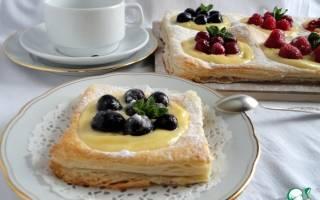 Пирог из слоеного теста с ягодами