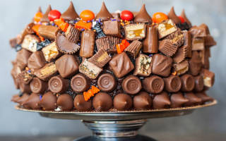 Торт украшенный сладостями