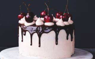 Украшение торта черешней